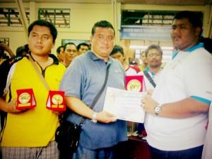 Damar dan Dicko terima penghargaan di Tani Jaya Cup Balikpapan.